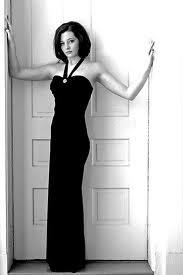 The hollies mujer alta vestida de negro