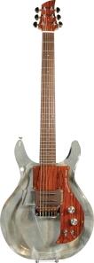 Singular guitarra transpararente marca Ampeg, utilizada por John Geils en el video