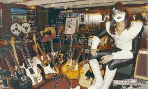 En esta foto se aprecia la predilección de Frehley por las guitarras Gibson, aunque pueden apreciarse un par de Fenders ¿Puedes encontrarlas?