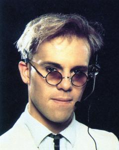 Thomas Dolby, músico muy asociado al movimiento New Wave, es el invitado improbable en esta canción a cargo de los casi imperceptibles teclados