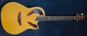 Guitarra semi acústica Ovation CC257, comoo la utilizada por Lauper en su presentación del festival Basel en el 2008