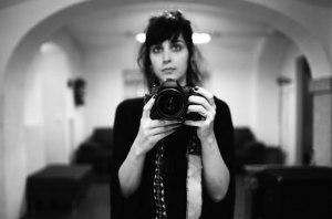Malia James: Bajista, vocalista, fotógrafa y directora de videos