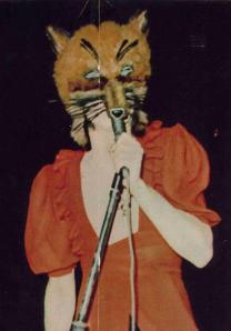 """Peter Gabriel fue pionero en utilizar disfraces en sus presentaciones en vivo. El video de """"Animals"""" presenta personajes muy similares a este de Gabriel"""