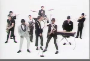 """Aquí los miembros de """"The Specials"""" portando los clásicos uniformes de los chicos Rude"""